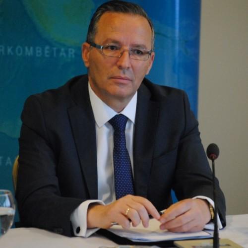 Guvernatori Bedri Hamza në emër të Bankës Qendrore të Republikës së Kosovës ngushëlloi familjen Rexhepi, pas ndarjes nga jeta të ish-kryeministrit Bajram Rexhepi