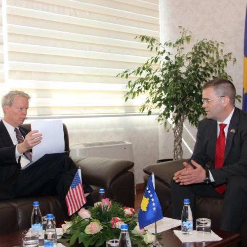 Guvernatori Mehmeti priti në takim Ambasadorin Amerikan Greg Delawie