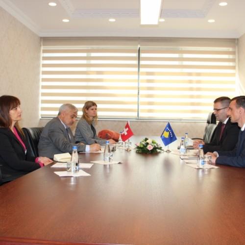 Guvernatori Mehmeti priti në takim Ambasadorin e Zvicrës në Kosovë, Jean-Hubert Lebet