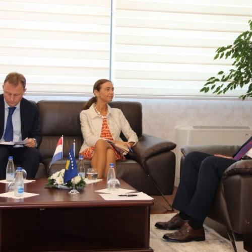 Guvernatori Mehmeti priti në takim Ambasadoren e Holandës në Kosovë, Gerrie Willems
