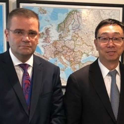 Guvernatori Fehmi Mehmeti, u takua me Zëvendësdrejtorin Menaxhues të FMN-së, Tao Zhang