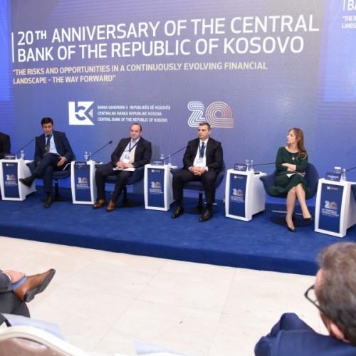 Drejtues vendës dhe ndërkombëtar diskutuan për mundësitë dhe rreziqet e sektorit bankar