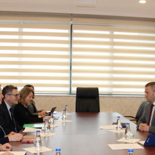 Guvernatori Mehmeti priti delegacionin e FMN-së të kryesuar nga Shefi i Misionit për Kosovë z. Gabriel Di Bella
