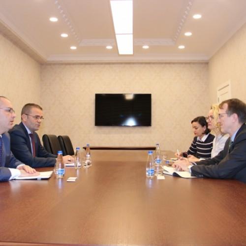 Guvernatori Mehmeti takoi Christopher Thompson përfaqësues i Checchi and Company Consulting, kontraktor i USAID