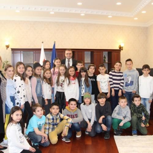 Guvernatori Mehmeti uron fëmijët për 1 Qershorin